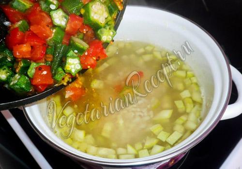 кладем в суп обжаренные помидоры с бамией