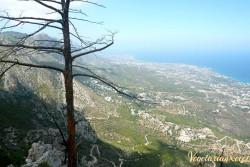 вид сверху на кипрское побережье у подножия горы