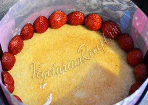 сборка торта - выкладываем клубнику