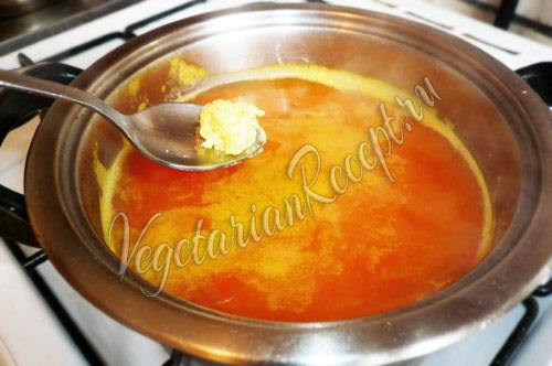 бросаем манные клецки в суп