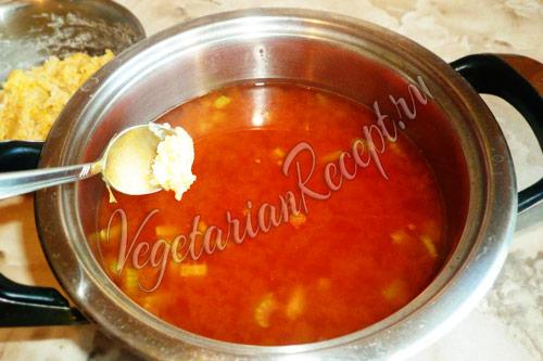 добавляем клецки в томатный суп