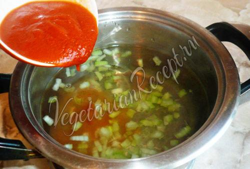 вливаем в суп томат