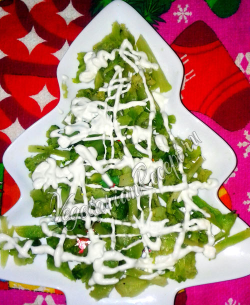 Выкладываем салат в виде елочки