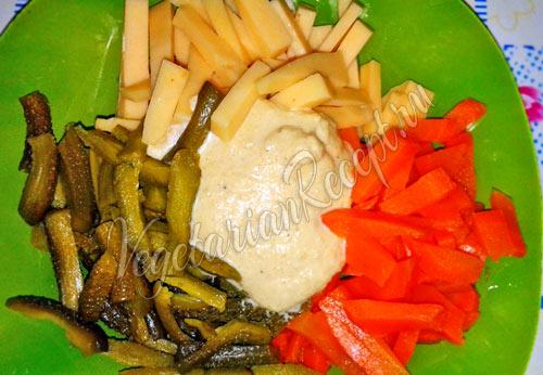 Овощи, сыр и майонез для салата
