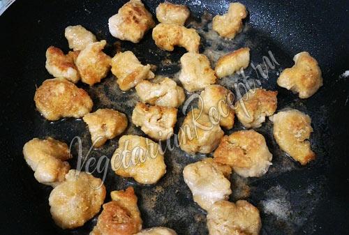 Обжарить соевое мясо на сковороде