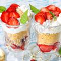 Десерт с клубникой, печеньем и сливками