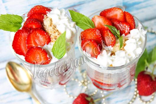Десерт с клубникой и печеньем - рецепт