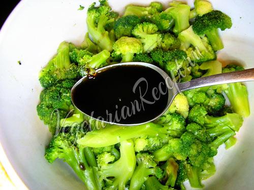 Отваренная брокколи с соусом