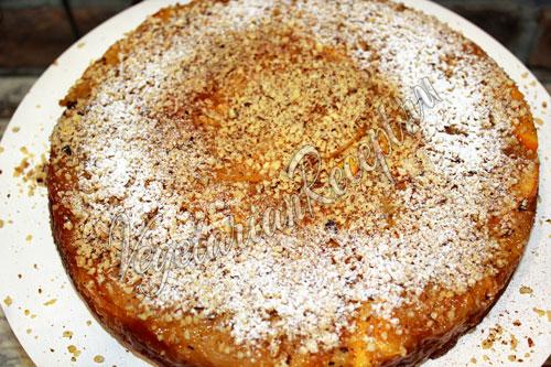 Посыпаем пирог орехами, корицей и сахаром