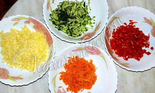 Измельченные овощи и сыр для салата