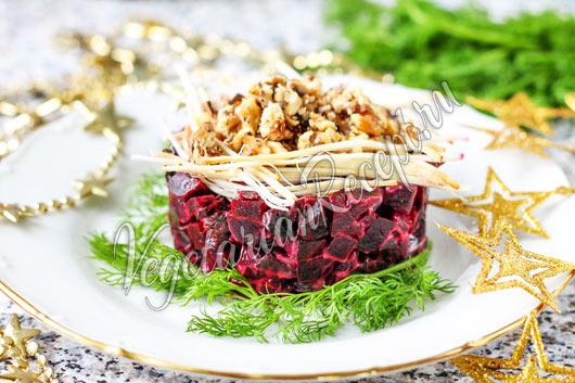 Салат из свеклы с черносливом, конченым сыром и грецкими орехами