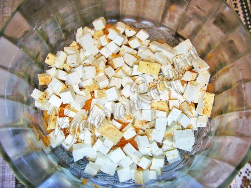 Нарезаем кубиками тофу