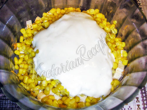 Добавляем в салат кукурузу и майонез