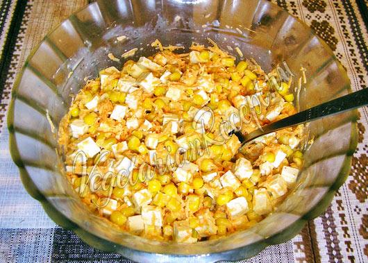 Салат с тофу и кукурузой готов