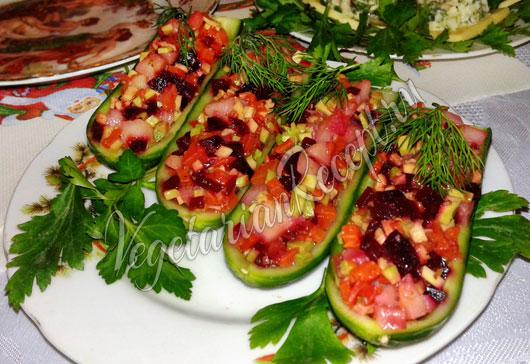 Рецепт: Салат в лодочках из огурцов