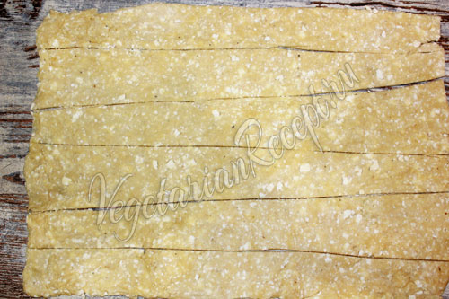 Режем творожное тесто на полоски