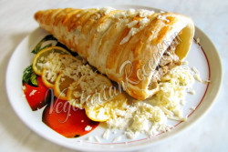 Блюдо из сейтана и слоеного теста Рог Изобилия