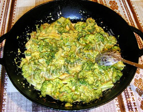 Перемешиваем со сливочным соусом