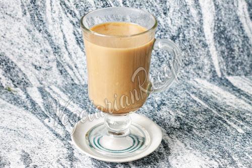 Смешиваем молоко с кофе