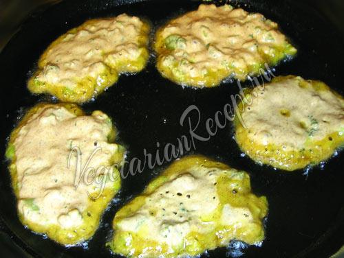 Жарим оладьи из брокколи