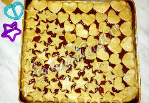 Выкладываем варенье на пирог и украшаем