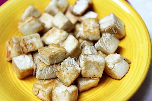 Приготовленный тофу для фруктово-овощного салата