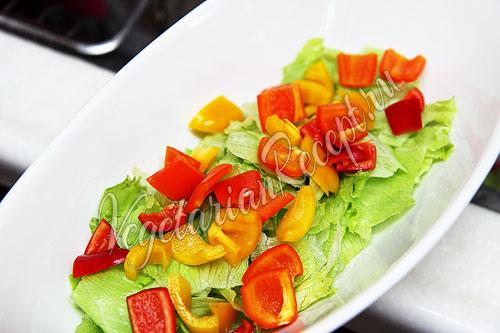 Выкладываем болгарский перец на листья салата