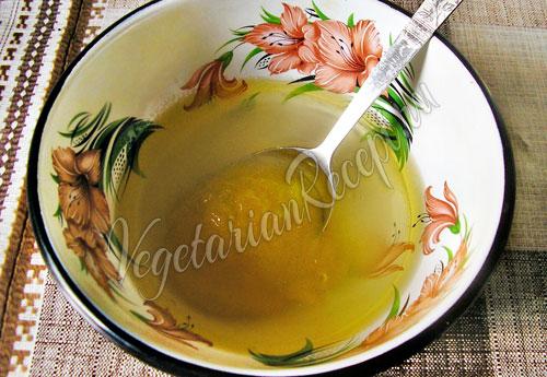 Смешиваем воду с медом, сахаром и маслом