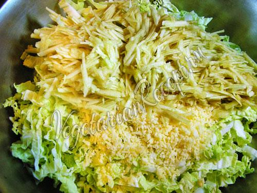 Трем яблоко и добавляем в салат
