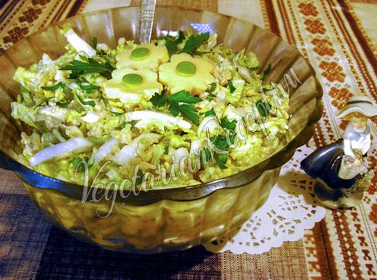 Салат из пекинской капусты с яблоком и сыром