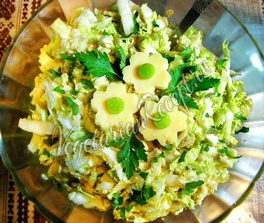 Салат из пекинской капусты с сыром и яблоком