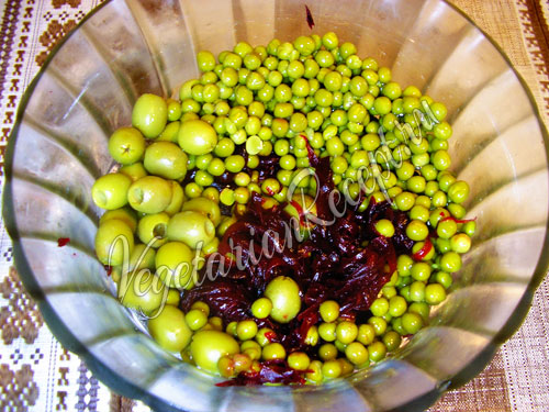Добавляем горошек и оливки