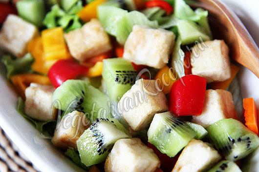 Салат с тофу, овощами и фруктами