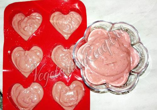 Наполняем формочки суфле из ягод