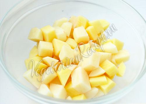 Нарезанный кубиками картофель для супа