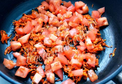 Кладем в зажарку помидоры