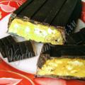 Батончик в шоколаде с карамелью, орехами и печеньем