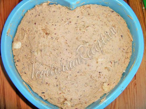 Перекладываем тесто в форму для торта