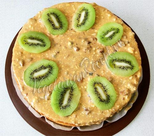 Украшаем верх торта кусочками киви