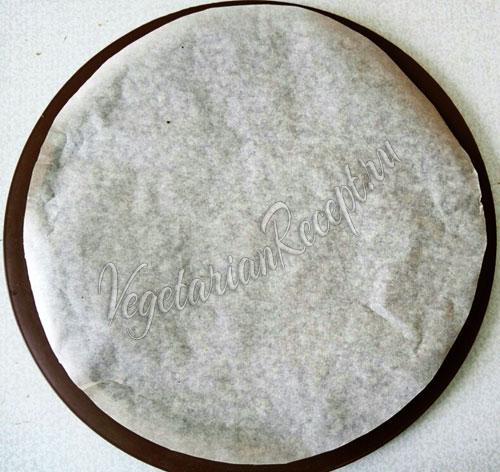 Кладем в форму круг бумаги