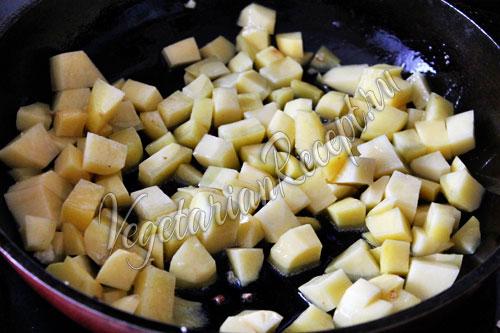 Обжариваем кубики картошки