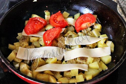 Выкладываем помидоры и сыр