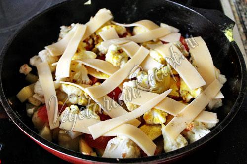 Картофель, цветная капуста, сыр и помидоры