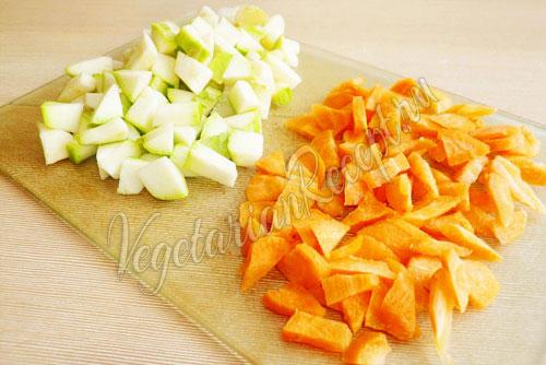 Нарезать кабачки и морковь