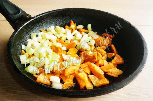 Обжаренная морковь и сельдерей