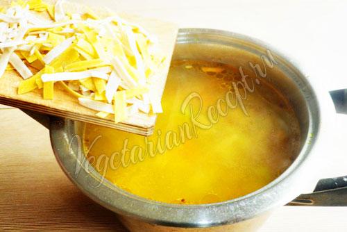 Насыпать в суп домашнюю лапшу