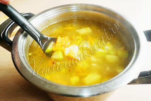 Приготовление супа с домашней лапшой