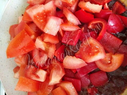 Кладем овощи в соус