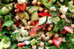 Овощной салат с сыром Фета, нутом, маслинами, брокколи