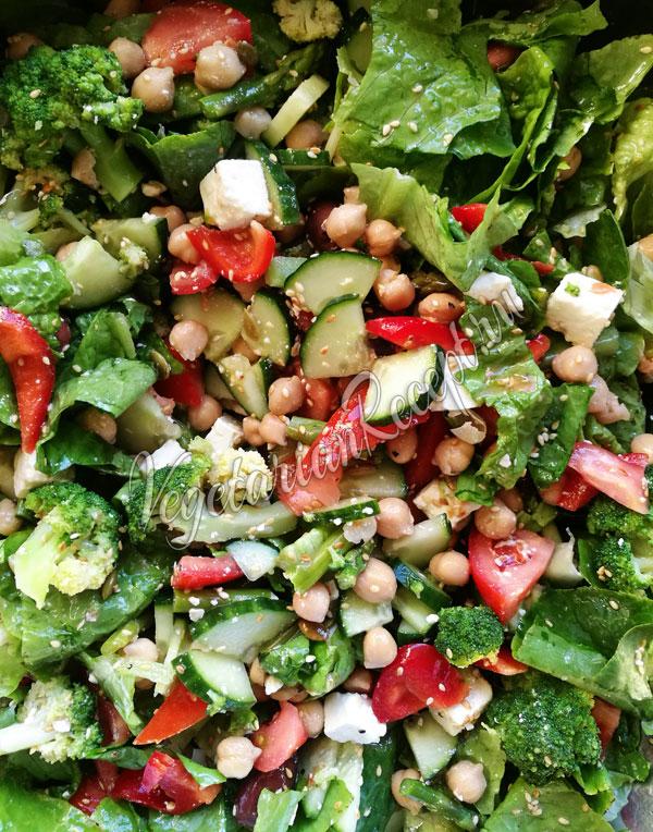 Салат из овощей с сыром Фета, маслинами, нутом
